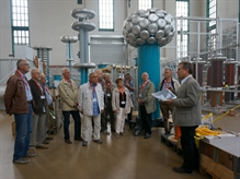 The visitors listen as HIGHVOLT engineer Günther Siebert, head of the transformer team, gives a detailed explanation of parts of a system for testing power transformers. This testing system is characterized by automated inspection processes and a purely thyristor-controlled high-performance infeed.</br></br>