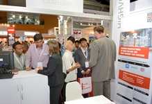 Martina Gräfe (front, centre) and Andreas Horeth (right) from HIGHVOLT talking with trade fair visitors